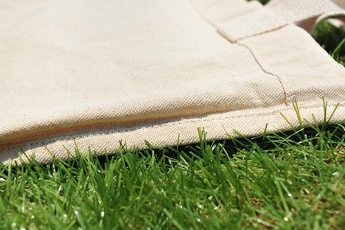サイドの裏地部分 横も生地を折り返してしっかり縫われています