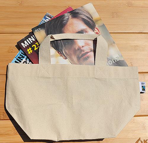 マチ部分を広げずに雑誌を入れてもスマートに持ち運びできそう