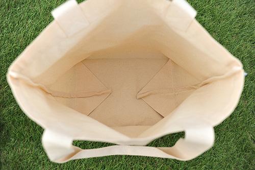 左右の底面を広げるとさらに容量にゆとりが出ます 買い物袋から部活動バッグまで幅広く利用できる使い勝手のいいサイズです