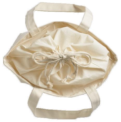 マチ幅も18cmとたっぷり。巾着を開くと大きな口が使いやすいです。