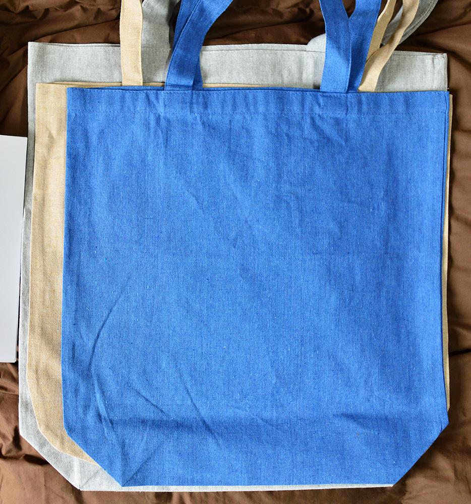 ブルー色のバッグが(M)サイズ グレー色のバッグが(L)サイズ