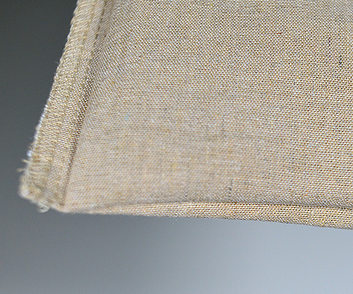 バッグ底面はマチも縫い目も無く生地を折り返しす作りです