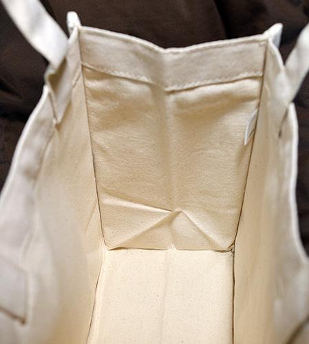 バッグ内側は綺麗に四角い形状のトート
