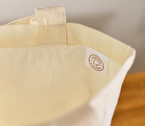 トートを開くと「organic cotton」のラベルが目に入ります