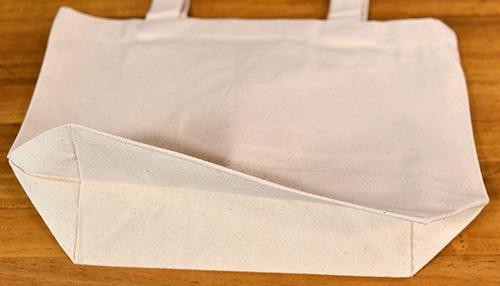 底マチの幅は10cmで厚手幅の荷物も綺麗に入ります