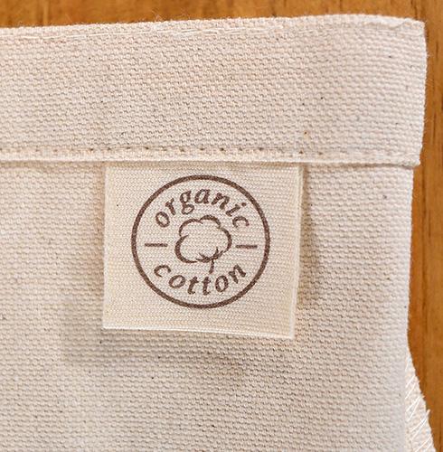 トート生地と同じ生成り色の「organic cottonラベル」