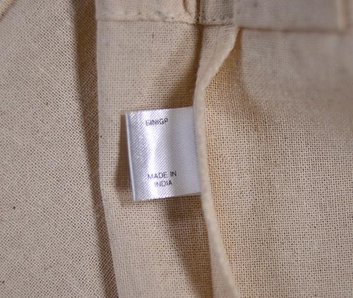 今回のサコッシュの生産国はINDIAでの表記です ナチュラルボディはエコマーク表記ラベルの裏側に生産国を印字表記 他のカラーボディはバッグ内入り口から少し深めの位置に生産国表示と その裏面には注意事項表示がされており、洗濯はできないとの事です。