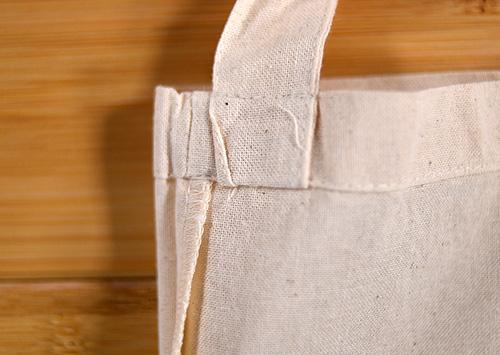 サコッシュバッグ裏側のショルダー紐取り付け部分です この個体は紐部分の一部が食い込んでいました ざっくりとした仕上げですね(^_^;)
