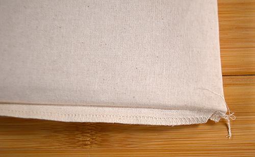 サコッシュ裏側の両側はロックミシン縫いされています 糸止めはざっくりです(^_^;)