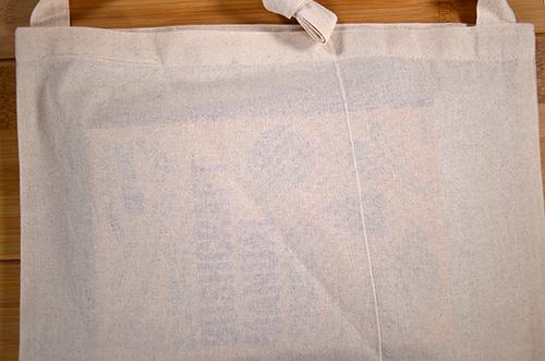 ナチュラル色バッグの場合:中に入れた本とバッグ生地がぴったりとくっついた状態でタイトル文字が読める透けです