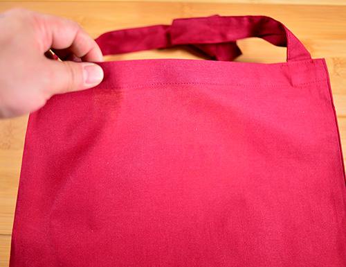 ワインレッド色バッグの場合:バッグの中身に明かりが入りましても中のものは分かりませんでした カラーバッグの場合、普通に持ち歩く状態だと中身のシルエットが見える程度となります