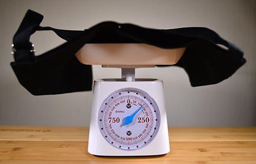 ナイトブラックサコッシュの方も重さは約125gでした
