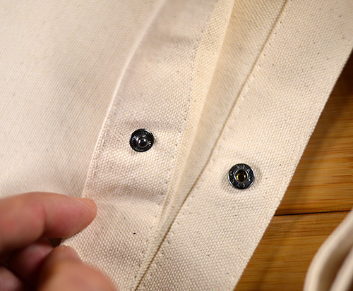 普通サイズ?の小ぶりなホックですがピカピカのシルバー色ではなくて 黒っぽいオシャレなホックを使っています  (仕様の変更でかわる場合もございます)