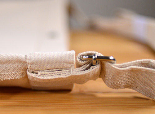 ショルダー紐とアジャスター部分の取り付け根本はガッチリ縫製