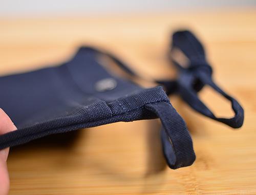 ショルダー紐の取り付け部分はサコッシュバッグ側面から横方向に埋め込み縫いされています。