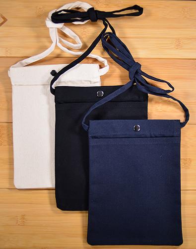 サコッシュのカラーは、ナチュラル、ナイトブラック、ミッドナイトブルー3色展開です。