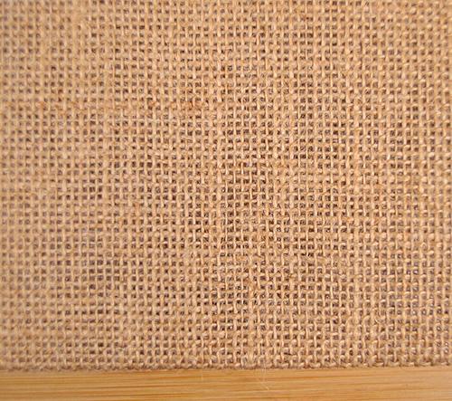 編糸の太さより、編間の方が幅広で大きく空き感のある生地