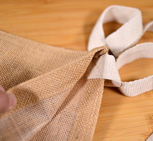 ショルダー紐はサコッシュバッグ内側にしっかり縫い付けされています