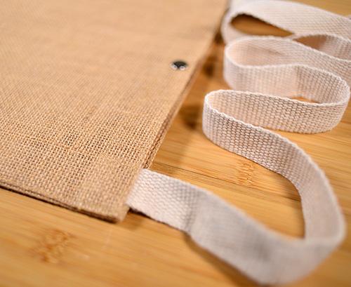 生成りコットンを編んで作られたショルダー紐は、 とても柔らかく優しい手触りです。