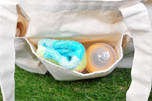 哺乳瓶もスッポリ入るので外の汚れからも守りながら収納しておけます これほど大きいポケットが計6つあるので兄弟姉妹がいても十分 荷物を入れられます