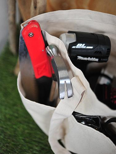 大きめの工具を入れてもポケットの深さとゆとりがあるので余裕をもって収納できます