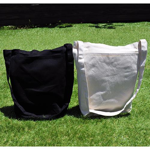 バッグのカラーはナイトブラックとナチュラルの2色展開です