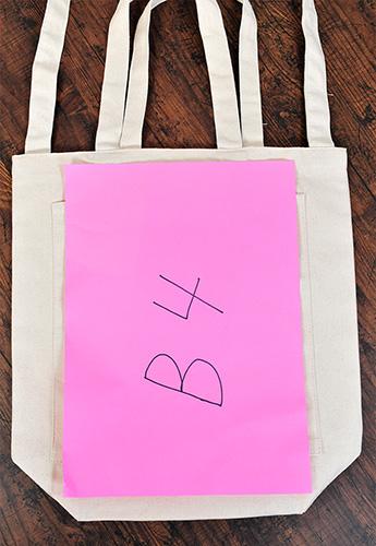 B4サイズの画用紙と比較