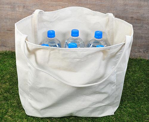 2Lペットボトルの先端がはみ出さないほど大容量なコットンバッグ