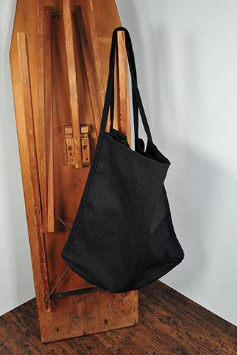 表側ではポケットはバッグの中側になります