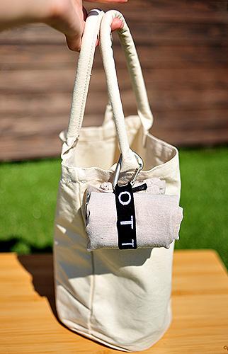 キナリ生地のバッグに取り付けて控え目ワンポイント