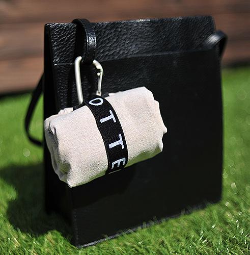 シックなデザインのバッグにも抜け感を引き出してくれる
